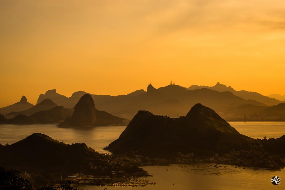 Vista da cidade do Rio de Janeiro, durante o por do sol.