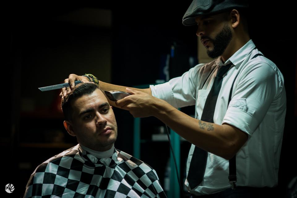Noivo cortando o cabelo durante making of do noivo na Barbearia do Zé