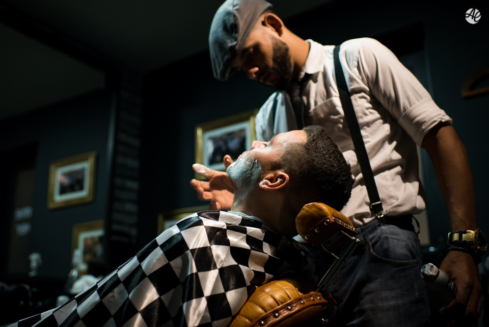 Noivo fazendo a barba durante making of do noivo na Barbearia do Zé