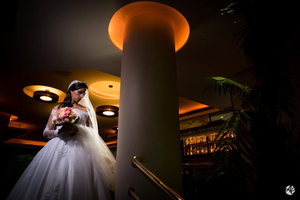 Noiva pronta para o casamento no lobby do hotel Novo Mundo Retratos da Noiva