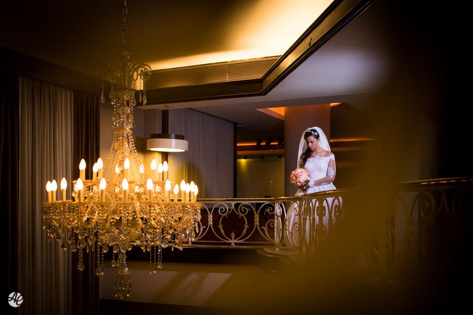 Retrato da noiva com destaque para o lustre do lobby do hotel Novo