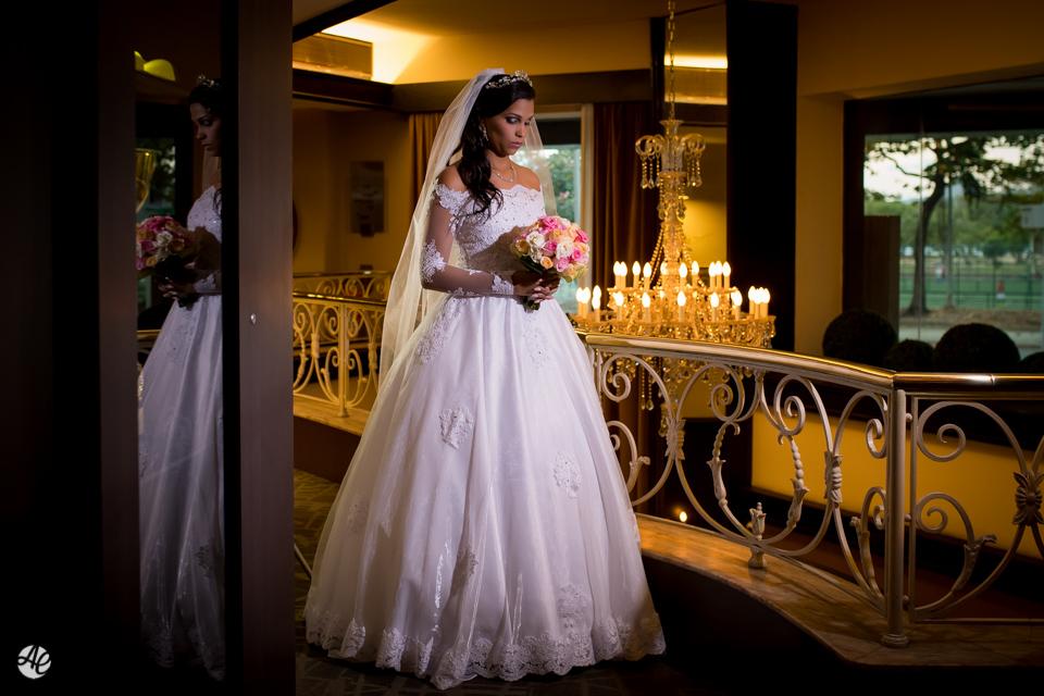 Noiva segurando o buquê no lobby do hotel Novo Mundo