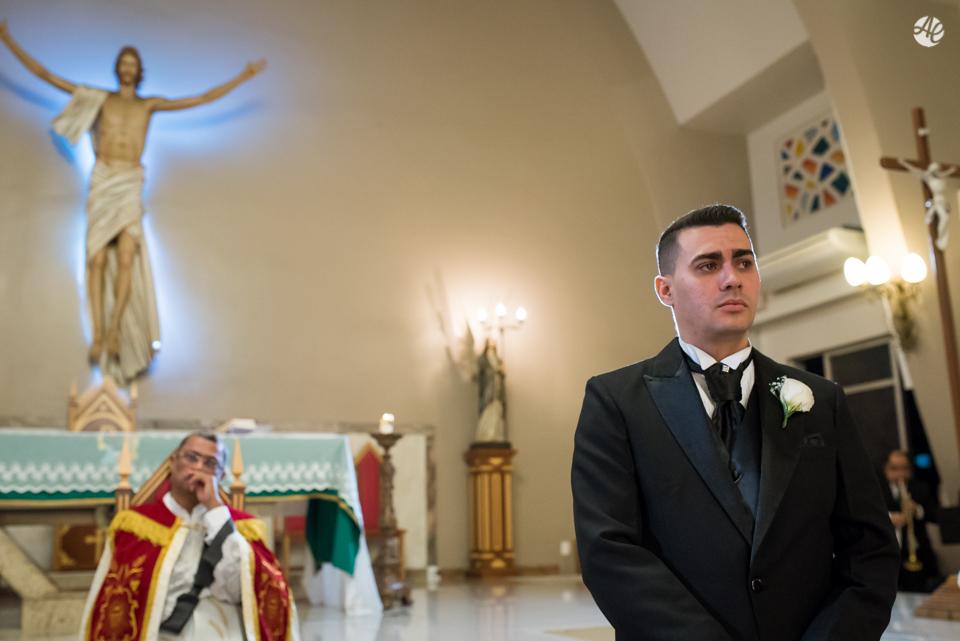 Noivo aguardando a entrada da noiva sob o olhar do padre na Paróquia Santa Edwiges