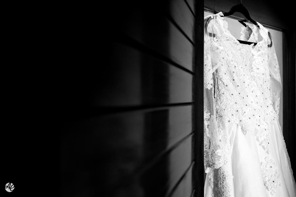 Vestido da noiva pendurado dentro do quarto sendo fotografado por Adriano Cardozo no hotel Novo Mundo