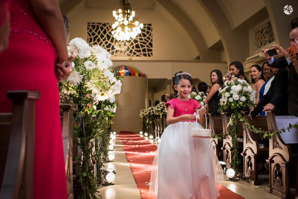 Entrada da daminha jogando pétalas de rosas antes da entrada da noiva na cerimônia do casamento na Paróquia Santa Edwiges