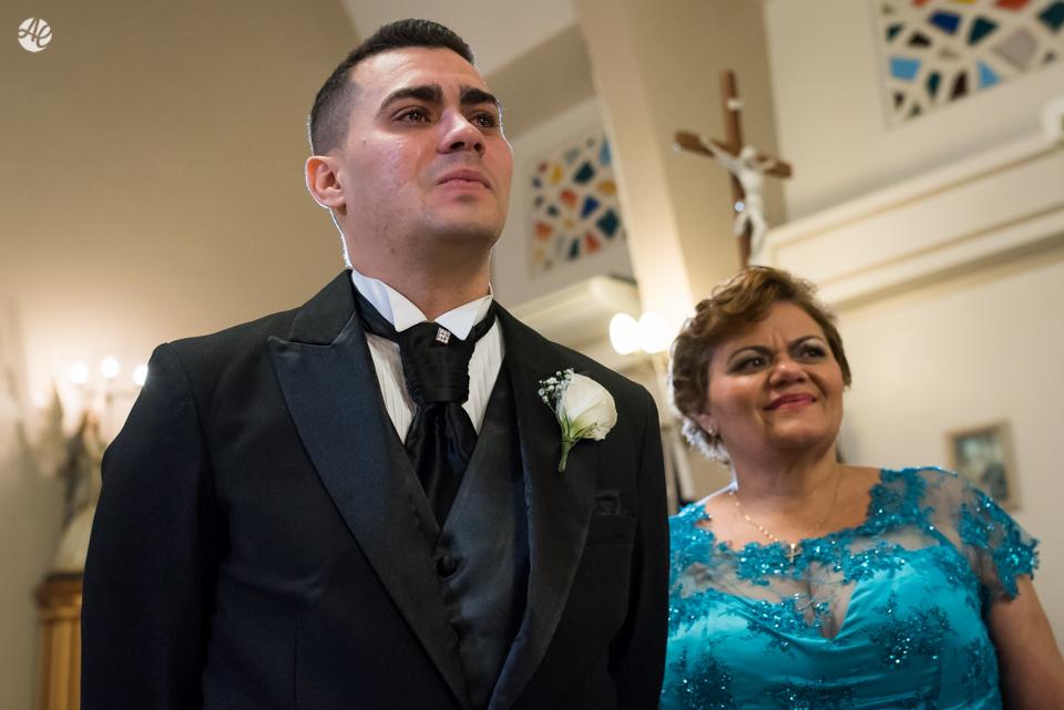 Noivo ansioso ao lado da mãe esperando a entrada da noiva na Paróquia Santa Edwiges