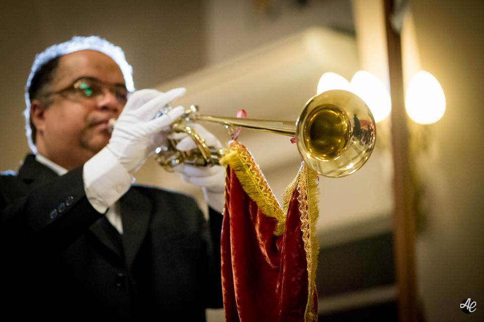 Músico anunciando a entrada da noiva na Paróquia Santa Edwiges.
