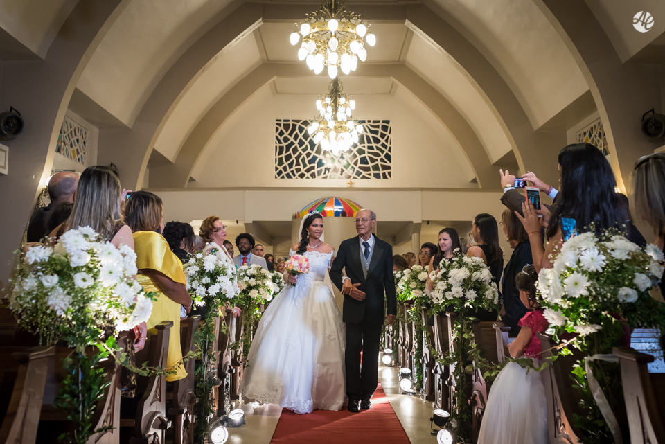 Noiva com o pai entrando na igreja na cerimônia de casamento na Paróquia Santa Edwiges