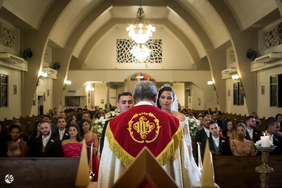 Padre celebrando a cerimônia de casamento na Paróquia Santa Edwiges