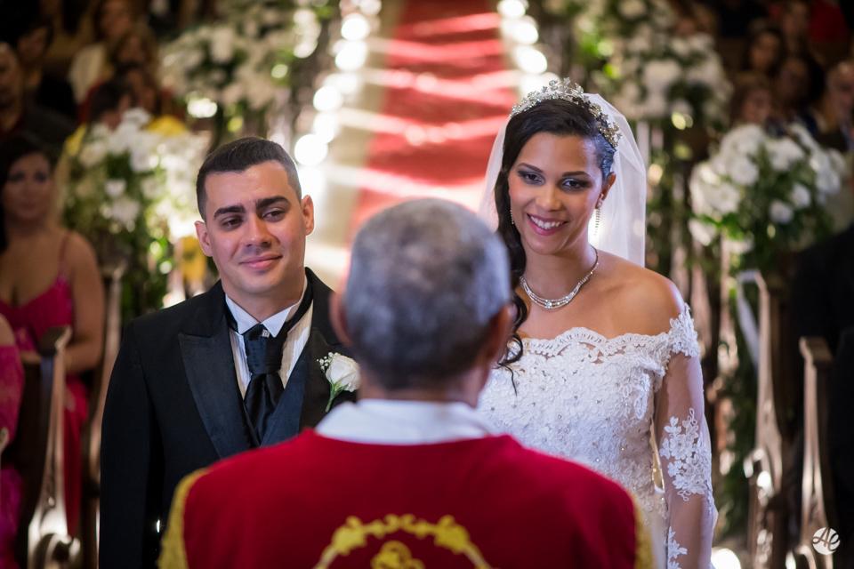 Padre durante celebraçâo da missa provoca sorrisos dos noivos na Paróquia Santa Edwiges