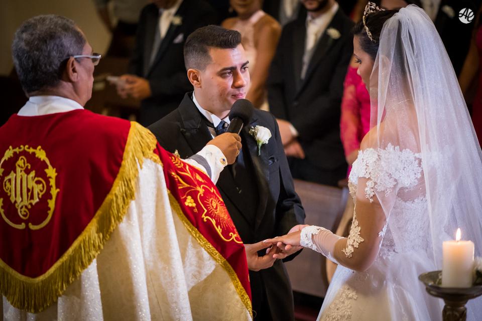 Noivo colocando a aliança na noiva durante cerimônia de casamento na Paróquia Santa Edwiges