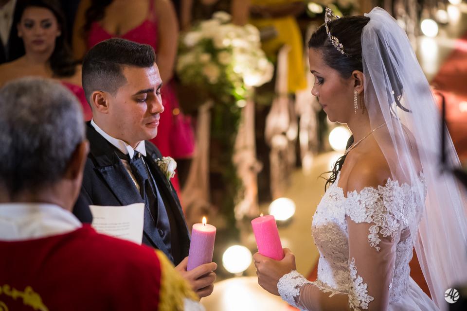 Noivos celebram casamento durante a cerimônia na Paróquia Santa Edwiges
