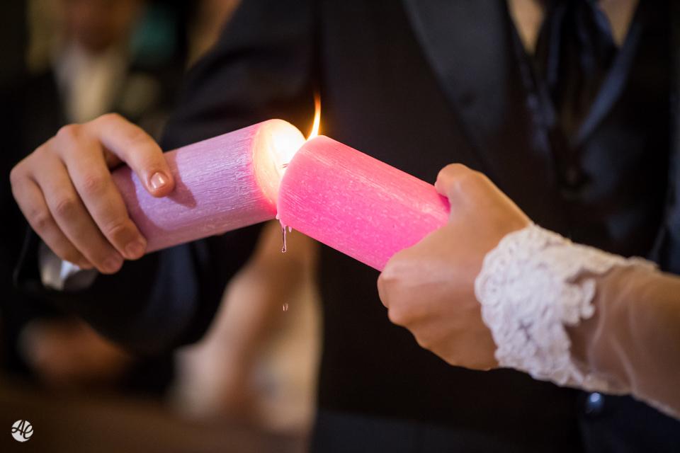 O encontro das velas acesas represanta a união do casal na cerimônia do casamento na Paróquia Santa Edwiges