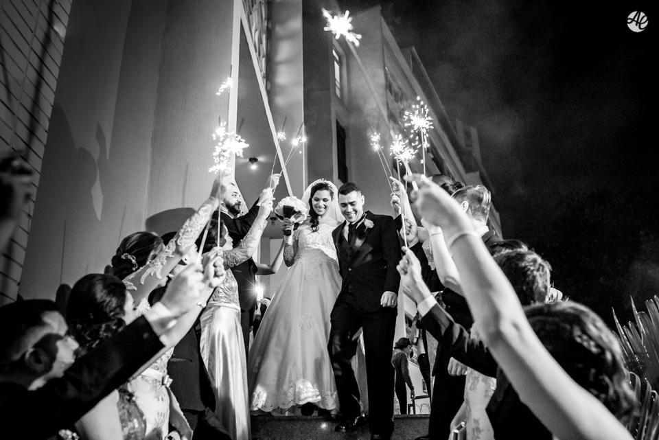 Casal de noivos festejam com os padrinhos sua saída da igreja em direção a festa