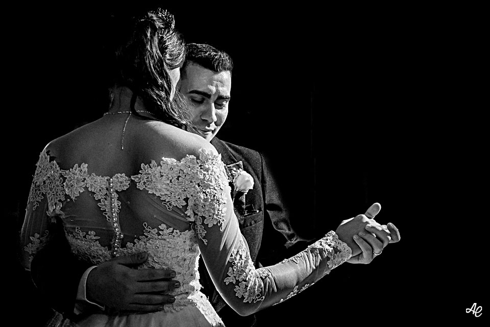 Casal dançando na festa do casamento na Mansão Chamonix