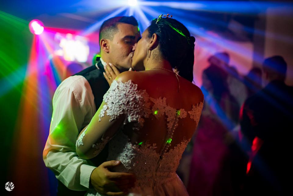 Beijo do casal na pista de dança