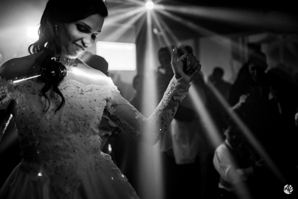 Noiva comemorando na pista de dança da Mansão Chamonix