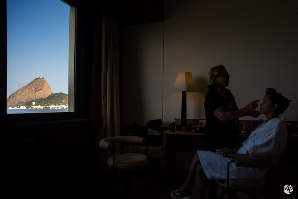 Vista do Pão de Açúcar dentro do quarto durante o making of da noiva no hotel Novo Mundo