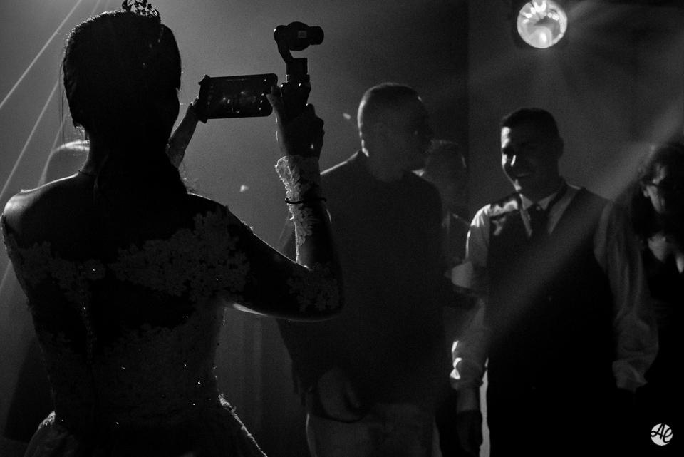 Noiva filmando o noivo e convidados durante a festa de casamento na Mansão Chamonix