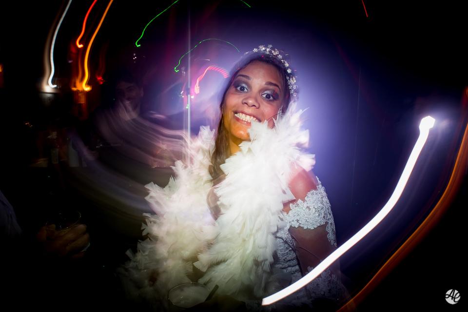 Noiva sorri ao dançar e comemora a festa de casmento