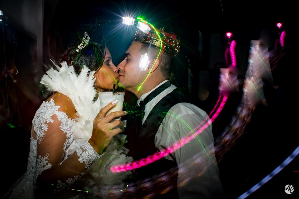 Casal se beija na pista de dança na Mansão Chamonix
