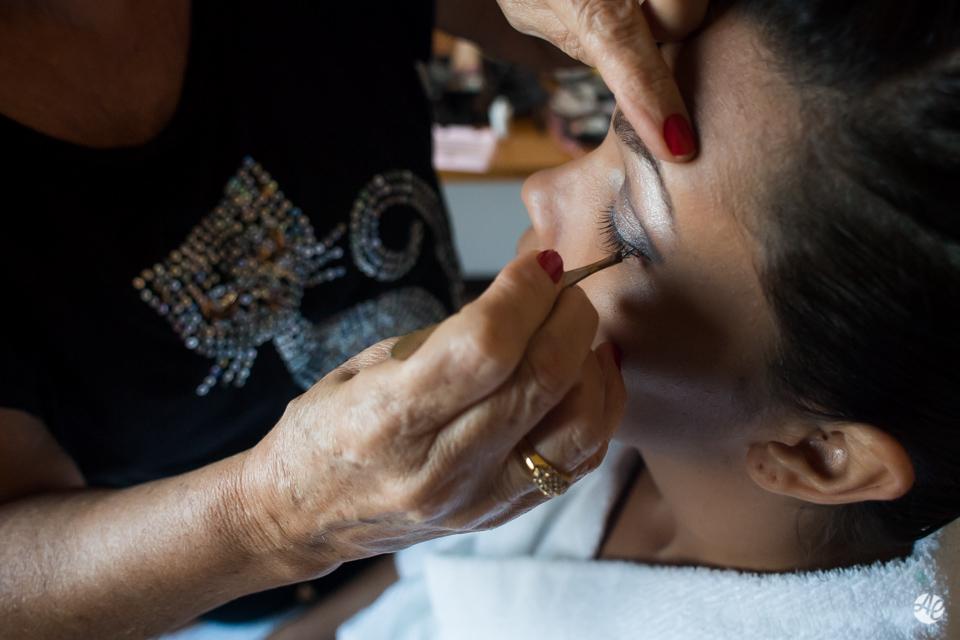 Noiva sendo maquiada durante making of da noiva no hotel Novo Mundo no Rio de Janeiro