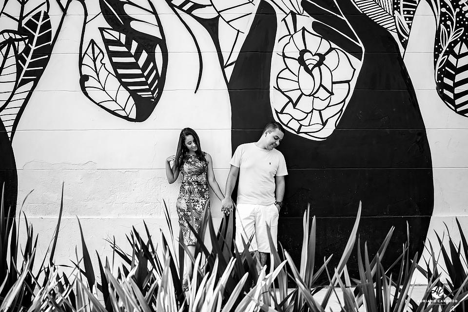 Noivos em contraste de cores com muro grafitado durante ensaio pré-wedding no Rio de Janeiro por Adriano Cardozo