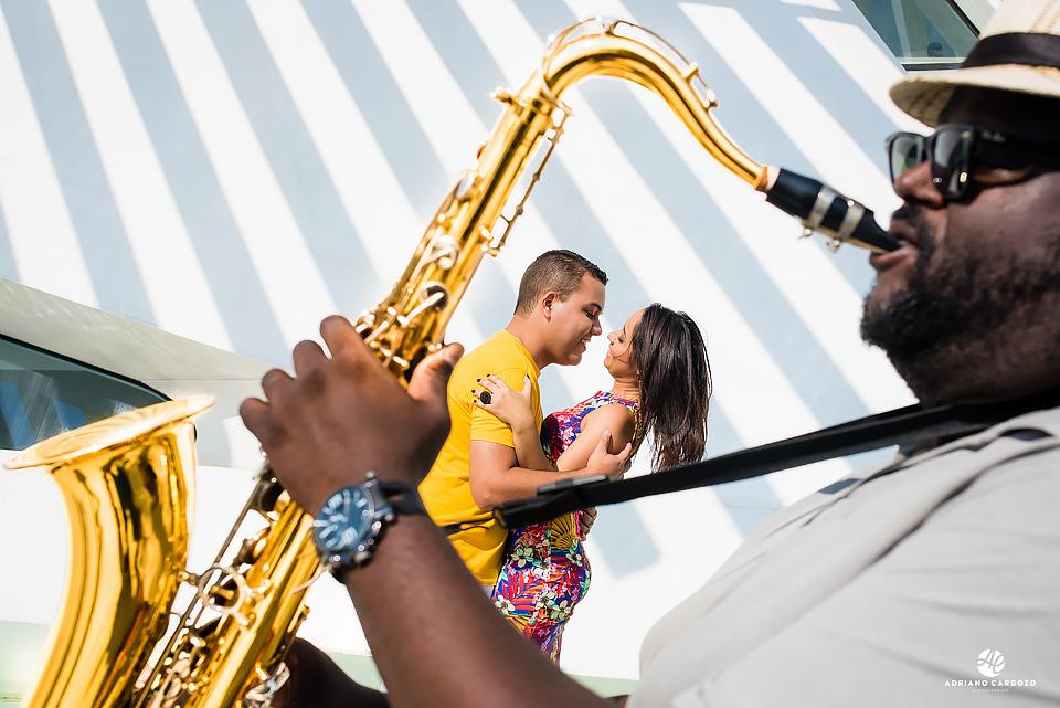 Clima romântico entre casal que quase se beija ao som de saxofone em ensaio no Rio de Janeiro