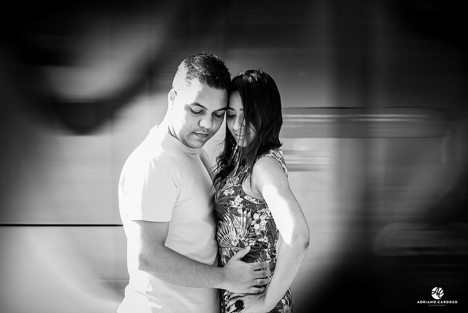 Noivos em ensaio fotográfico na Cidade Maravilhosa com o VLT ao fundo em movimento