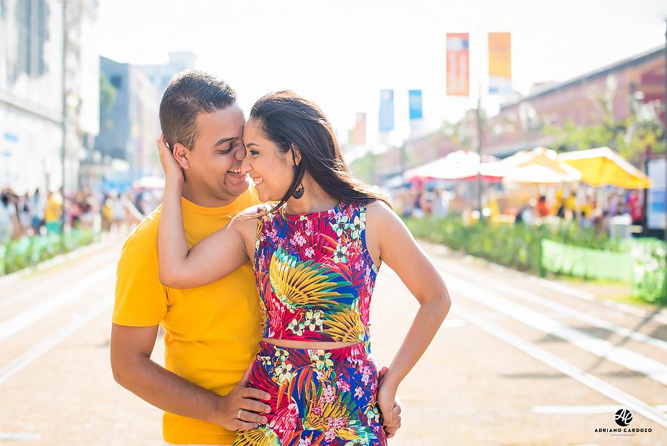 Casal sorrindo no Boulevard Olímpico por Adriano Cardozo