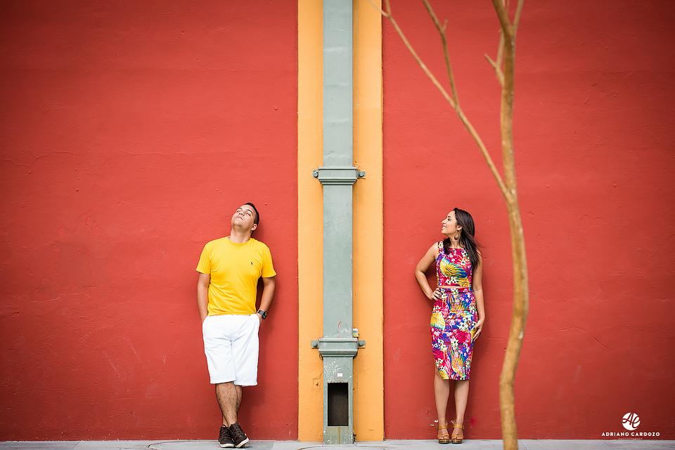 Parede vermelha serve de cenário de fundo para ensaio pré-wedding  no Rio de Janeiro