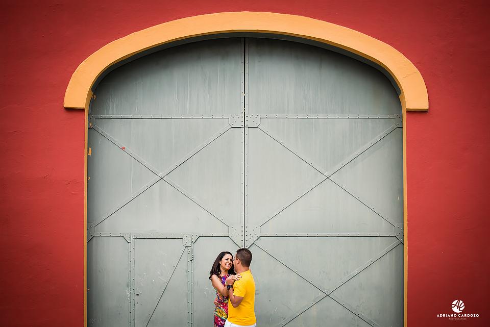 Noiva sorrindo em frente ao portão de um dos armazéns do Porto Maravilha