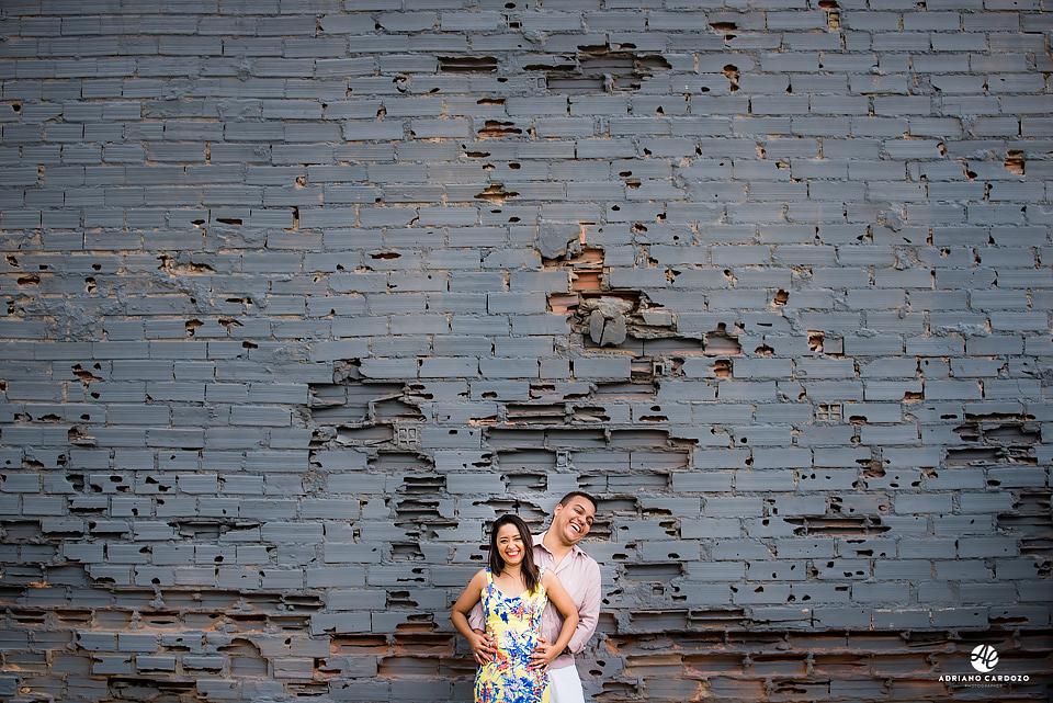 Casal sorrindo próximo a parede em ruínas no Rio de Janeiro