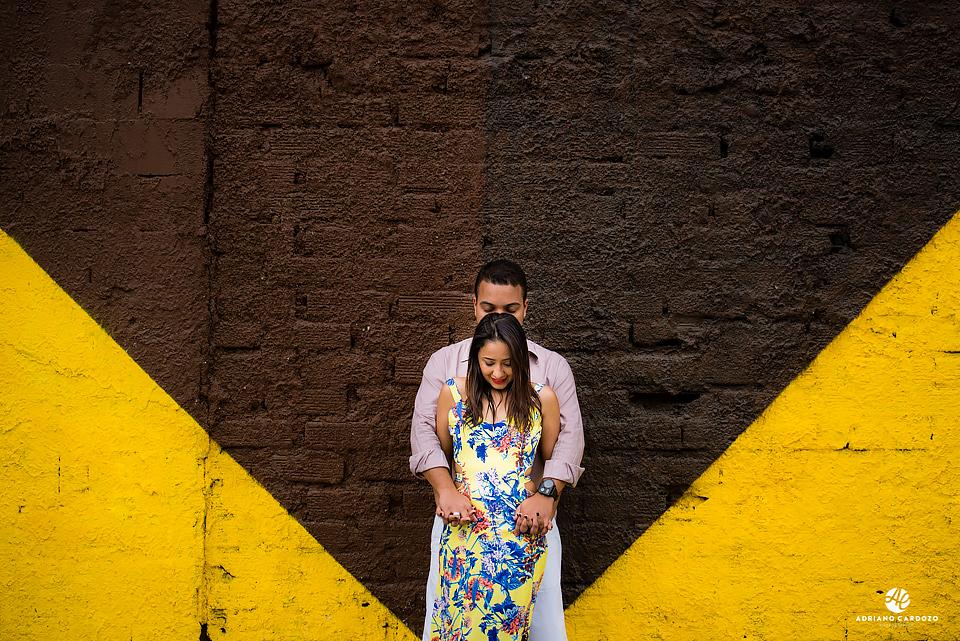 Casal com as mãos entrelaçadas e os olhos fechados posam para ensaio pré-wedding no Boulevard Olímpico