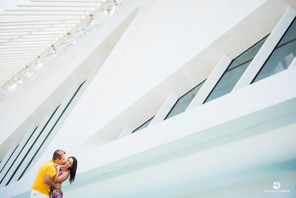 Noiva é beijada pelo noivo em ensaio Pré-Wedding no Rio de Janeiro com o Museu do Amanhã ao fundo