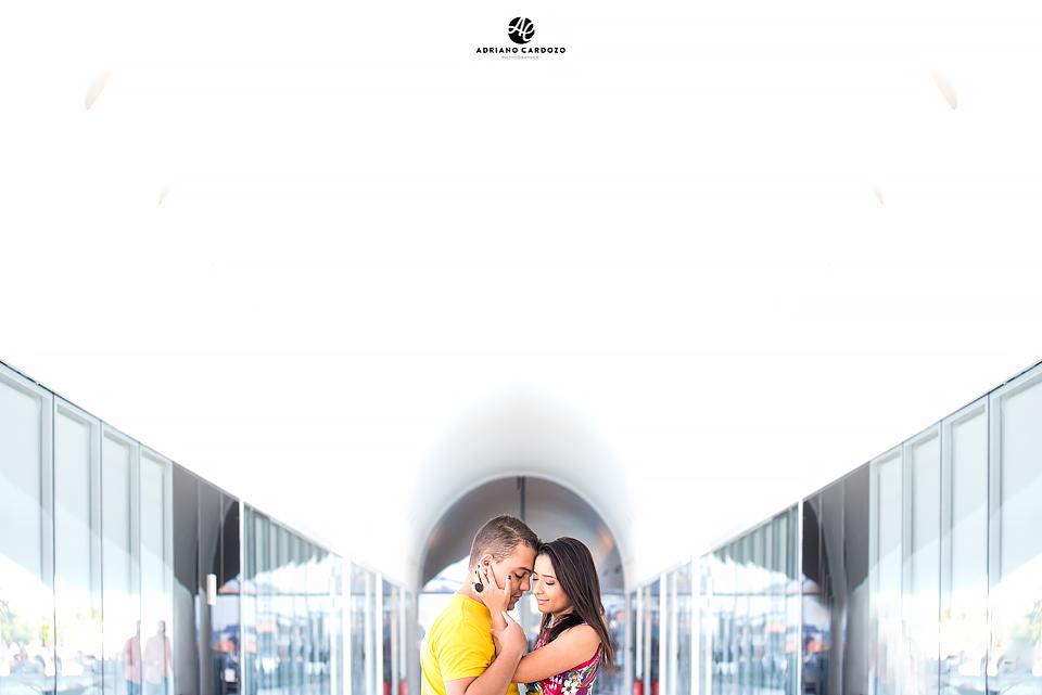Casal com os olhos fechados trocam carinho em ensaio no Rio de Janeiro