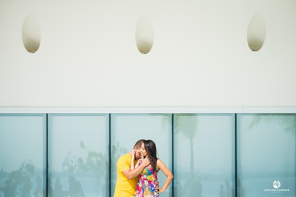 Noivo com o rosto no ombro da noiva em ensaio no Rio de Janeiro