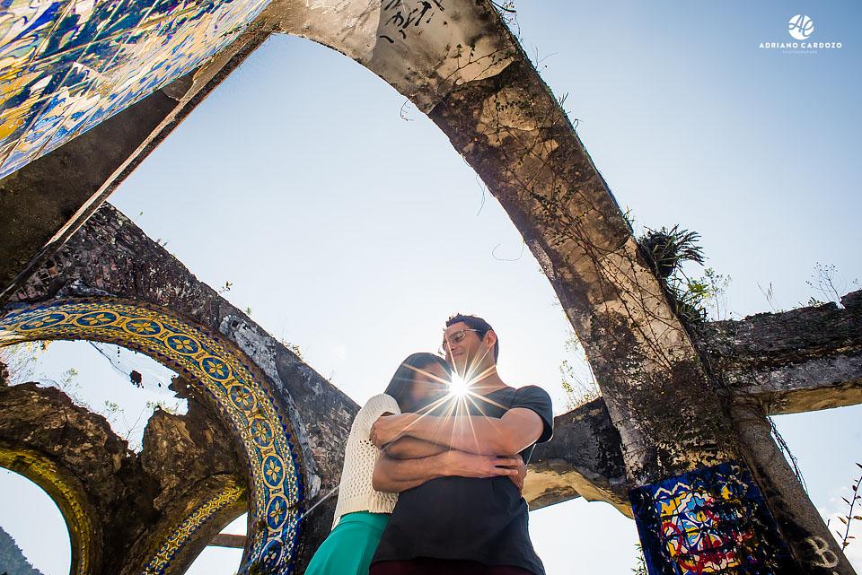 Raquel e Ivan se abraçam durante ensaio no Mirante da Granja Guarani, em Teresópolis no Rio de Janeiro por Adriano Cardozo