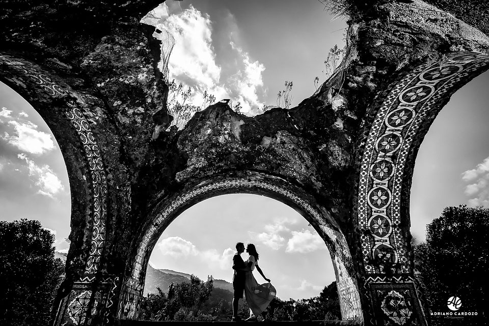 Silhueta da Raquel e Ivan durante ensaio nas Ruínas do Mirante da Granja Guarani, em Teresópolis no Rio de Janeiro por Adriano Cardozo