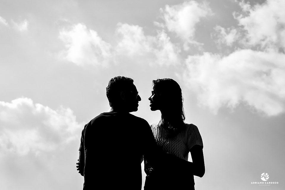Silhueta da Raquel e Ivan durante pré-wedding nas Ruínas do Mirante da Granja Guarani, em Teresópolis no Rio de Janeiro por Adriano Cardozo