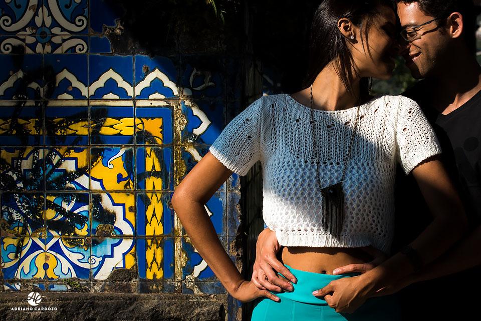 Raquel e Ivan se abraçam durante ensaio nas Ruínas do Mirante da Granja Guarani, em Teresópolis no Rio de Janeiro por Adriano Cardozo