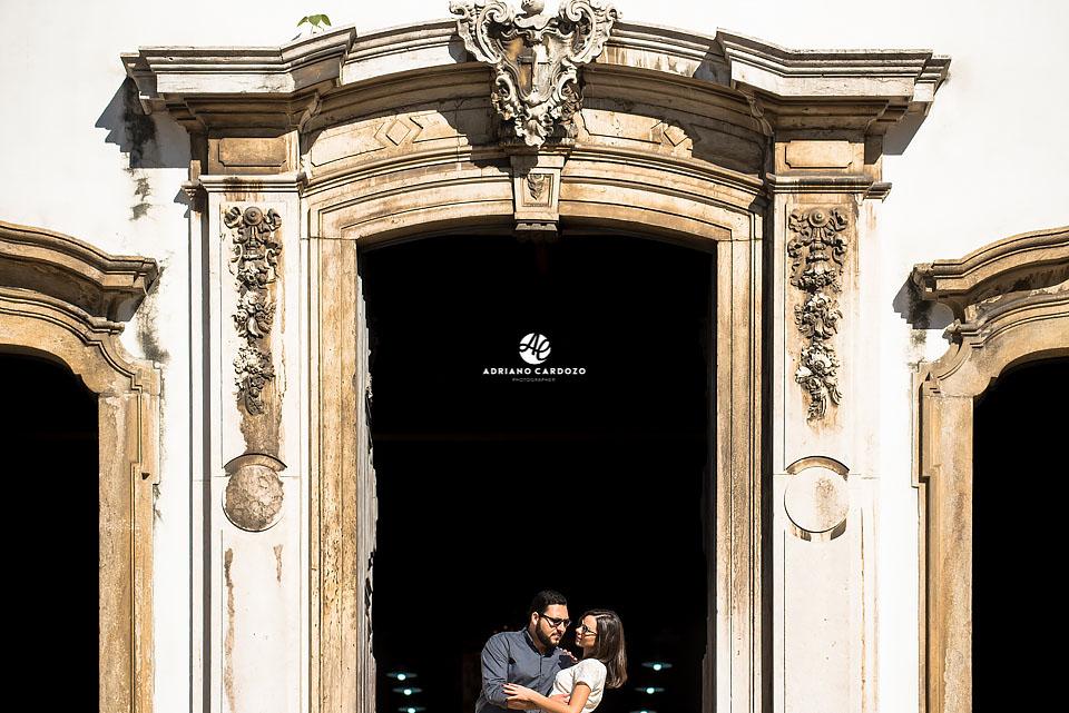 Thaís e Carlos se abraçam no ensaio pré-casamento no Centro do Rio