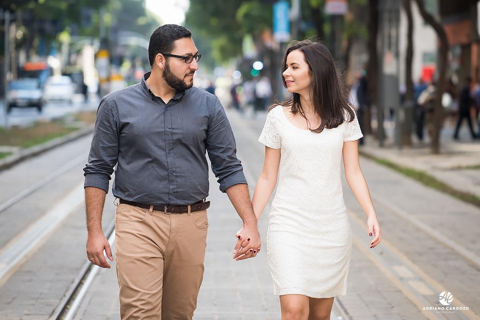 Thaís e Carlos caminham na linha do VLT durante ensaio pré-casamento no Centro do Rio