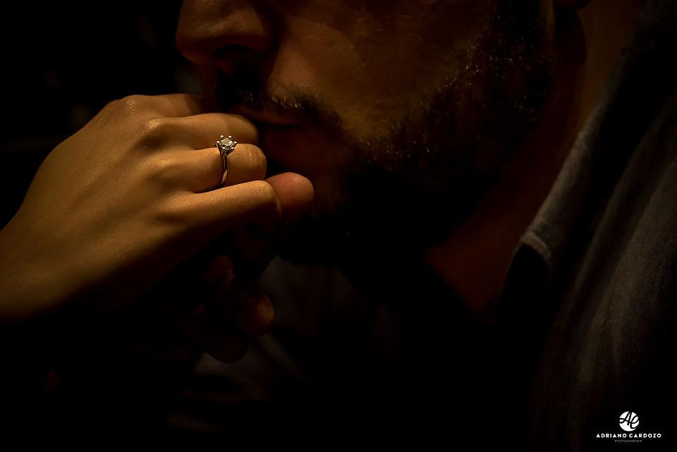 Carlos beija a mão da Thaís durante ensaio pré-casamento dentro da Starbucks no Centro do Rio por Adriano Cardozo