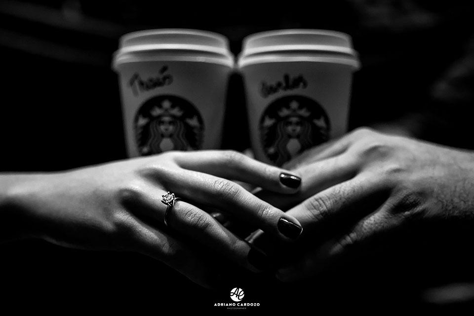 Thaís mostra aliança de noivado durante o ensaio pré-casamento dentro da Starbucks