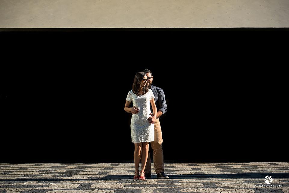 Thaís abraça Carlos no ensaio antes do casamento no Centro do Rio de Janeiro por Adriano Cardozo