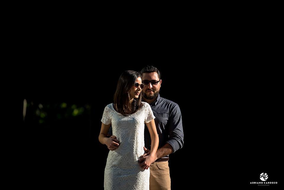 Carlos abraça Thaís no ensaio pré-casamento no Centro do Rio de Janeiro por Adriano Cardozo