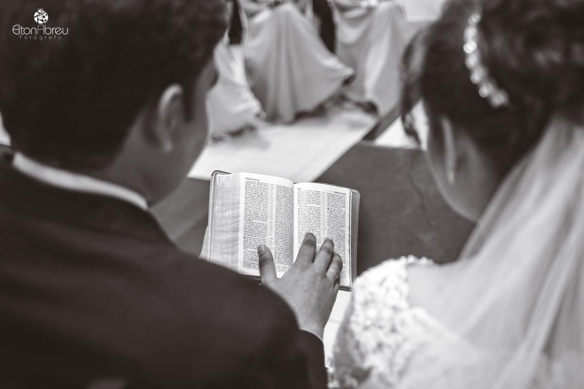 Lendo a bíblia no altar