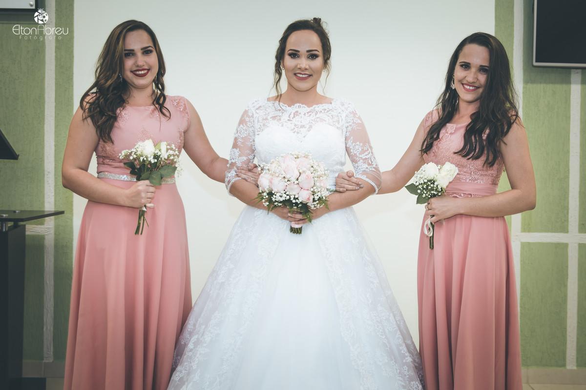 Noiva com floristas