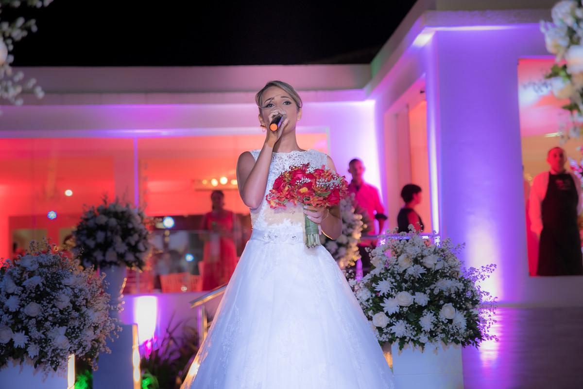 Entrada da noiva cantando